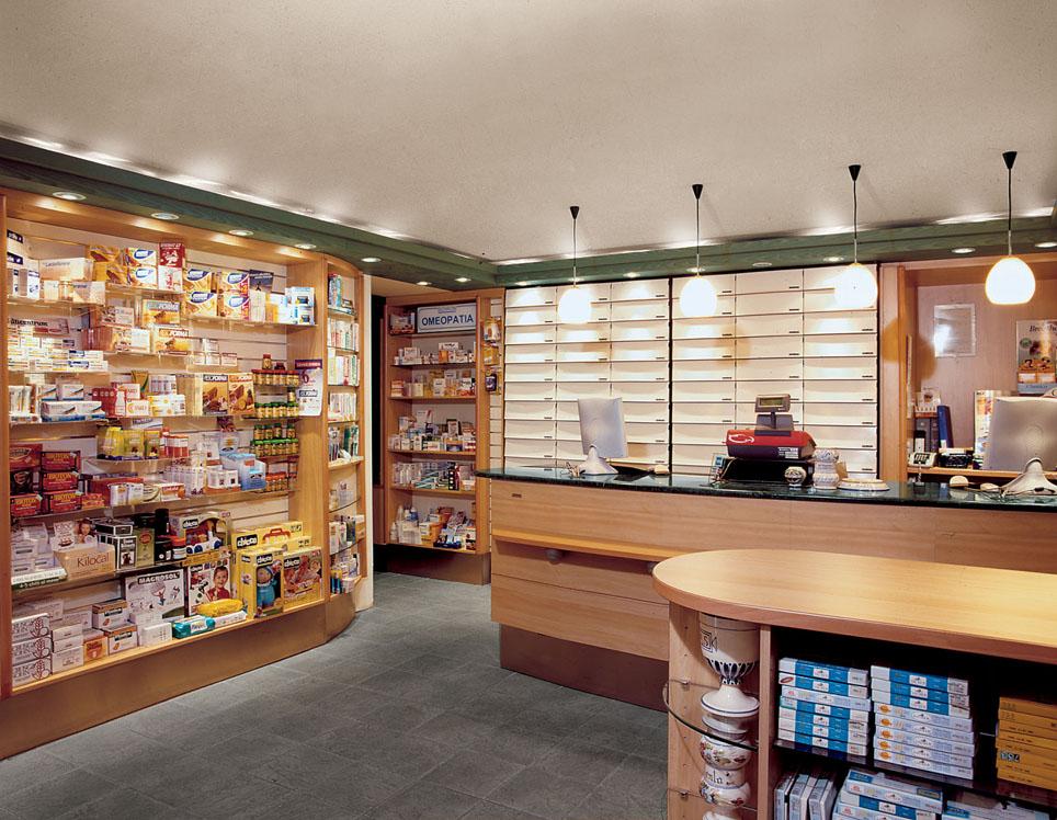 Espositori in legno con illuminazione arredo per farmacie