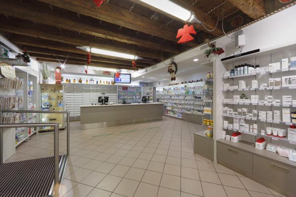 Farmacia con pareti attrezzate e basi a cassettoni contenitivi
